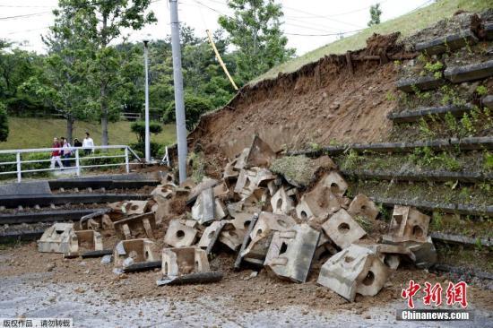 当地时间2019年6月18日,日本新潟发生6.7级地震。图为新潟一处斜坡在地震中垮塌。