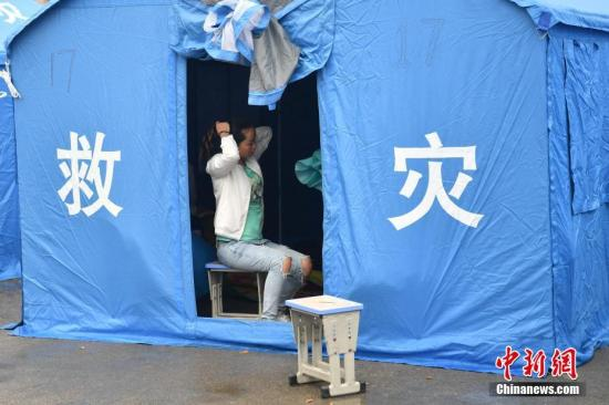少宁珙县珙泉镇中间校的暂时集合安设面。张浪 摄