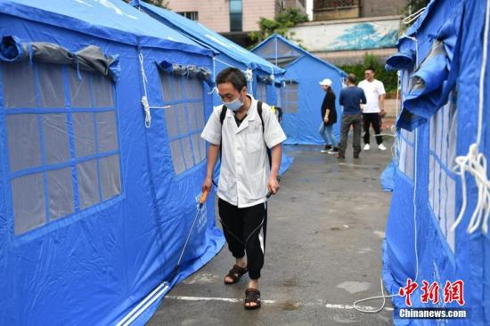 6月19日,在四川省宜宾市珙县珙泉镇中学校临时集中安置点内,卫生防疫工作已经展开,工作人员对安置点各个区域进行全面消毒,预防疾病传播。 张浪 摄