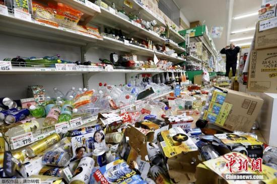 當地時間6月19日,日本山形縣築岡的一家超市裏的物品散落一地。日本山形縣附近海上18日晚發生6.7級地震,該縣及新潟縣震感強烈。日本氣象廳向山形縣、新潟縣和石川縣日本海沿岸地區發出海嘯警報,目前暫無人員傷亡和財産損失的報告。