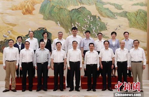 6月19日,中共中央政治局常委、全国政协主席汪洋在北京接见出席全国政协中非友好小组成立大会暨第一次全体会议的小组成员。中新社记者 杜洋 摄