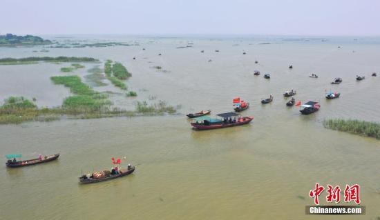 资料图:渔船举办捕捞功课。/p平心在线发 陈斌 摄