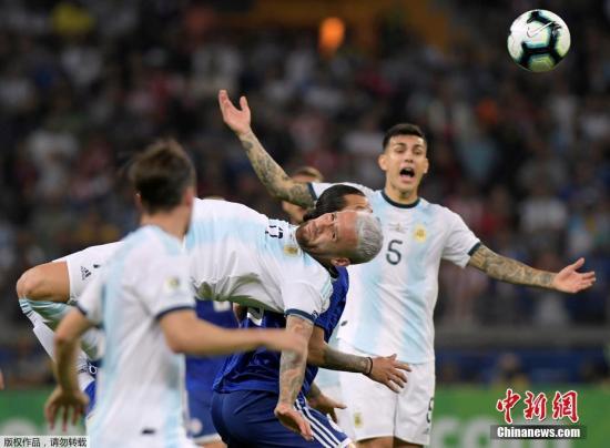 材料图:阿根廷队员正在角逐中争抢。