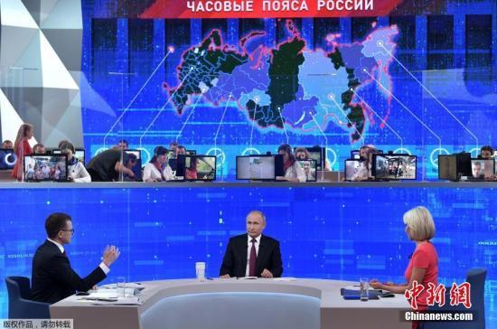 """当地时间6月20日,俄罗斯莫斯科,俄罗斯总统普京出席在新闻中心举办的""""与普京连线直播""""节目。据俄媒此前报道,今年该节目组收到了100多万条民众提问。"""
