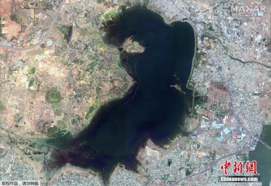 6月20日消息,据台湾联合新闻网20日报道,印度第六大城金奈深陷严重干旱问题已有数周时间,传统供水来源的4座水库接近全面干涸,数百万居民面临用水枯竭的严重危机。图为2018年6月15日卫星拍摄的印度南部城市金奈的普扎尔水库。
