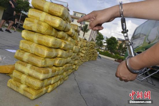犯罪嫌疑人指认其运输的毒品。文/韦立鹏 舒金才 西双版纳边境管理支队供图