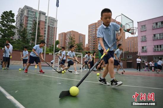 材料图:北京市中闭村第三小教的门生们正在校园内停止涝天冰球锻炼。a target='_blank' href='http://www.chinanews.com/'中新社/a记者 崔楠 摄