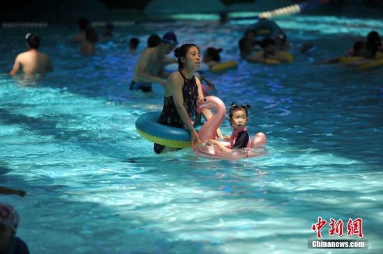 资料图:游泳馆中的市民。<a target='_blank' href='http://www.synthninja.com/'>中新社</a>记者 于海洋 摄