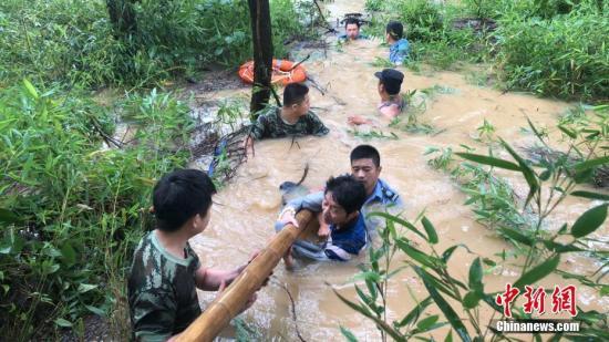 资料图:浙江湖州多地被淹,当地消防等紧急救援。<a target='_blank' href='http://www.chinanews.com/'>中新社</a>发 黄家超 摄
