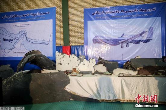 當地時間6月21日,伊朗德黑蘭,伊朗革命衛隊將本周四(20日)被擊落的美國無人機碎片進行展示。本周四,伊朗將一架美國無人機擊落,美國隨后警告商業客機可能會受到錯誤攻擊,各主要航空公司于周五開始調整其航班路線,以避開霍爾木茲海峽相關地區。