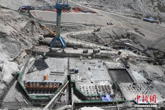 5月12日,苏洼龙水电站项目地面厂房机电设备安装工作已经启动。苏洼龙水电站项目是西藏第一个装机容量超百万千瓦的大型水电工程,装机容量120万千瓦。计划7月完成引水发电系统开挖,年底完成1至4号机组锥管安装、溢洪道开挖和大坝防渗结构施工,2021年投产。 中新社发 钟欣 摄