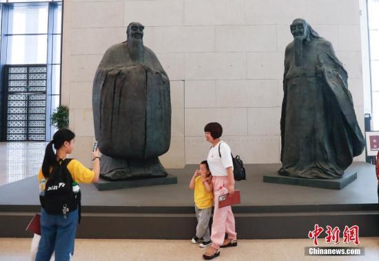 """图为观众在国家博物馆参观""""丹心铸魂——吴为山雕塑艺术展""""。中新社</a>记者 杜洋 摄"""