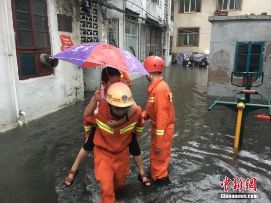 资料图为鄂州消防正在疏散群众。鄂州消防供图