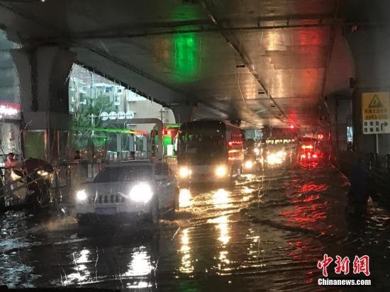 武汉降暴雨致城区多处渍水 中考推迟