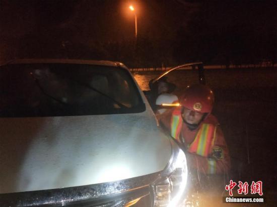 湖北咸宁市消防员紧急救援群众。咸宁消防供图