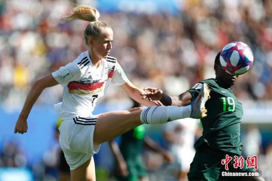 当地时间6月22日,德国队球员许勒尔(左)在比赛中拼抢。当日,在法国格勒诺布尔举行的2019年国际足联女足世界杯1/8决赛中,德国队以3比0战胜尼日利亚队,晋级八强。/p中新社记者 富田 摄
