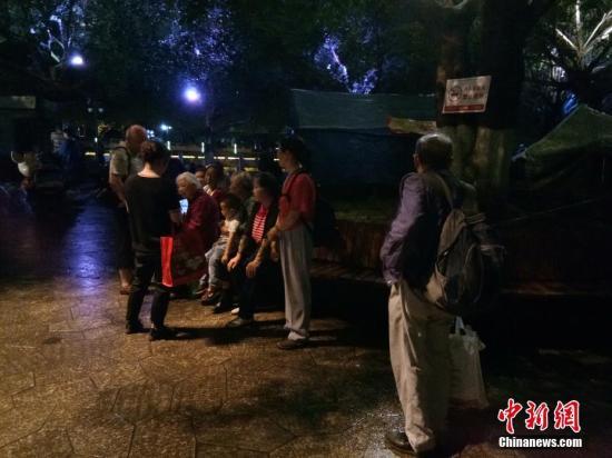 地震发生后,珙县巡场镇受灾民众纷纷走出帐篷到空旷区域避险。喻东 摄