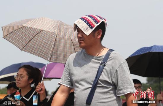 游客顶高温烈日游览故宫、天安门广场兴致不减。图片来源:视觉中国