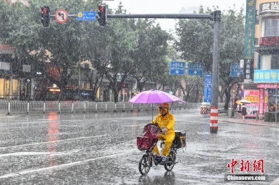 6月24日,广州,一名外卖配送员在雨中配送外卖。当日14时42分,广州气象灾害应急指挥部办公室发布广州市气象灾害(暴雨)Ⅰ级应急响应。截止当日16时,广州中北部出现大到暴雨,南部出现中到大雨,多地发布暴雨红色预警。 中新社记者 陈骥�F 摄