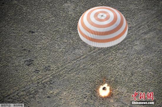 """材料图@员天工夫6月25日,拆载宇航员的""""同盟MS-11""""号飞船从国际空间站胜利前往天球,并正在哈萨克斯坦境内着陆。"""