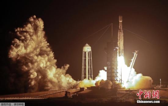 """6月25日消息,美国一家公司利用""""猎鹰重型""""火箭在24日深夜至25日凌晨期间发射的机会,将152名死者的骨灰送入太空,举行一次""""太空葬礼"""",每克骨灰收费4995美元起。"""
