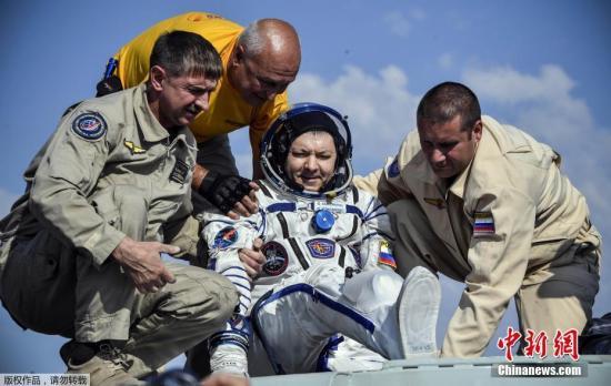 """资料图:当地时间2019年6月25日,搭载三名宇航员的""""联盟MS-11""""号飞船从国际空间站成功返回地球,并在哈萨克斯坦境内着陆。图为俄罗斯宇航员科诺年科。"""