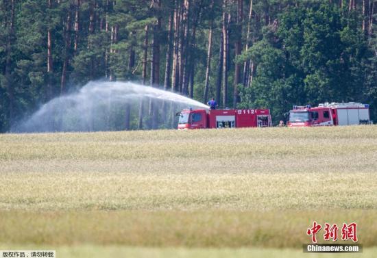 """当地时间6月24日,两架""""台风""""战斗机在德国梅克伦前波莫瑞州上空相撞后坠毁。飞机残骸散落的区域很广,部分残骸掉落在弗莱森湖北部,并引发了森林大火,另外还有残骸掉落在居住区。"""