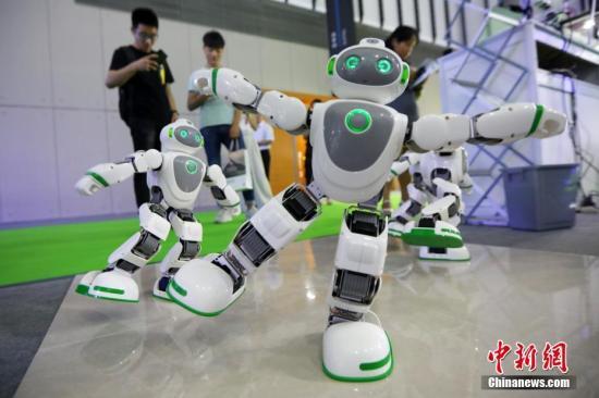 """材料图:""""互念头器人""""跟从着音乐舞。 a target='_blank' href='http://www.chinanews.com/'种孤社/a记者 泱波 摄"""