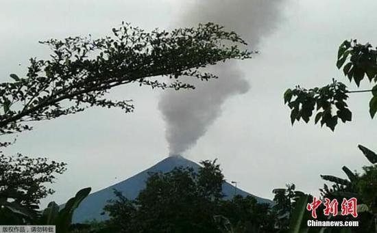 材料图:本地工夫2019年6月26日,巴布亚新几内亚黑推旺,黑推旺水山喷收,水山灰挺拔进云。