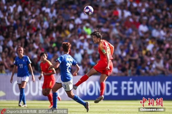 """北京时间6月26日,在法国女足世界杯八分之一决赛中,中国女足迎战意大利。最终凭借贾切蒂和加利的进球,意大利2:0取胜,挺进世界杯八强。本场比赛过后,中国""""铿锵玫瑰""""在世界杯7次征战中首次无缘八强。图为中国队在比赛中。图片来源:Osports全体育图片社"""