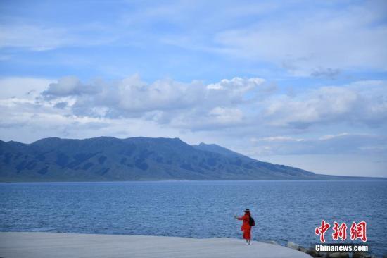 资料图:新疆赛里木湖。中新社记者 张兴龙 摄