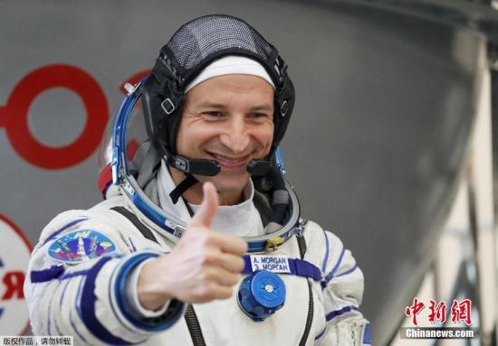 材料图:本地工夫6月27日,俄好意三名宇航员身着航空服正在俄罗斯星乡的航天中间参与锻炼。