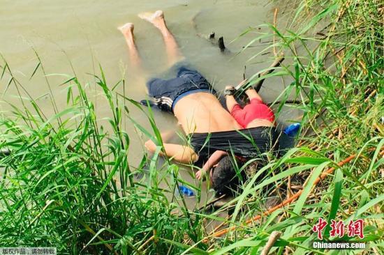 1名男子和他23个月大的女儿的遗体在岸边被找到,小女孩被裹在父亲的衣服内,她的一只手臂还绕着父亲的脖颈。