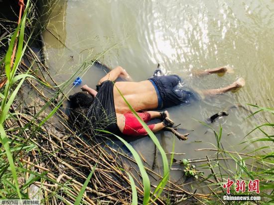 好朱疆域的格兰河一贯被中好洲移平易近视为他们迈背好国路上最凶恶的停滞之一。本地工夫6月24日,朱西哥一家媒体上注销了一张移平易近溺火丧死的照片,牵动了人们的心。1名须眉战他23个月年夜的女女的尸体正在岸边被找到,小女孩被裹正在女亲的衣服内,她的一只脚臂借绕着女亲的脖颈。
