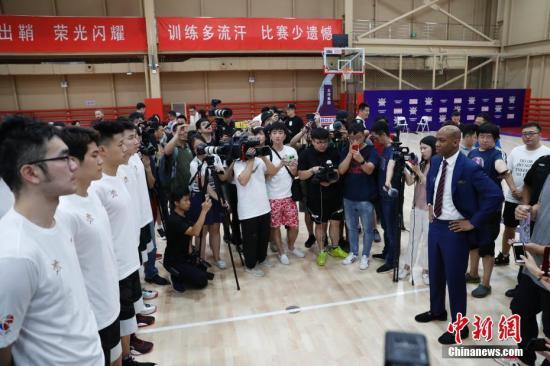 6月28日下战书,北控股篮球俱乐部正在北举办主练马布里碰头会,新任主练马布里正式取媒体碰头。图马布里离开锻炼场给队员们训话。 a target='_blank' href='http://www.chinanews.com/'种孤社/a记者 韩海 摄