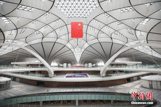 资料图:大兴国际机场航站楼室内中心区域。 中新社记者 赵隽 摄