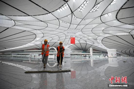 保净员正在机场航站楼内停止干净。 a target='_blank' href='http://www.chinanews.com/'种孤社/a记者 丈玖 摄