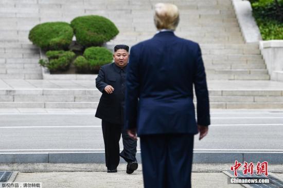當地時間6月30日下午,美國總統特朗普與朝鮮最高領導人金正恩在韓朝非軍事區見面,并握手問候。