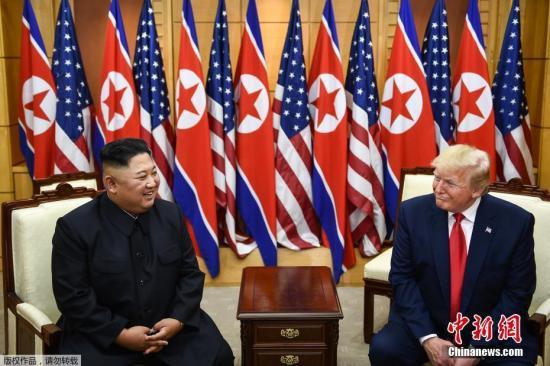 资料图:当地时间2019年6月30日,在军事分界线握手并互致问候之后,朝美两国领导人来到板门店韩方一侧的自由之家举行单独会晤。