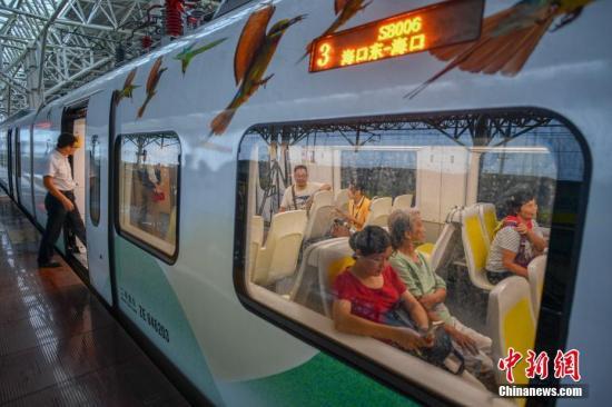民眾搭乘海口市郊列車出行。駱云飛 攝