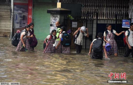 �Y料�D:��地�r�g7月1日,��降雨天�庖��l印度孟�I洪�常�街道�e水成�摹�