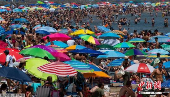 作为最先受热浪影响的欧洲国家之一,西班牙今夏的第一次热浪仍然肆虐,12个大区的30个省都发布了高温预警,其中有11个省份的温度甚至飚至40到41度之间。随着高温加剧,海边和公园成为了市民的最爱,消暑和乘凉也成了近日的主题。