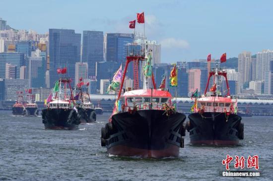 7月1日下午,香港渔民在维多利亚港举行庆祝香港回归祖国22周年渔船巡游活动。中新社记者 张炜 摄