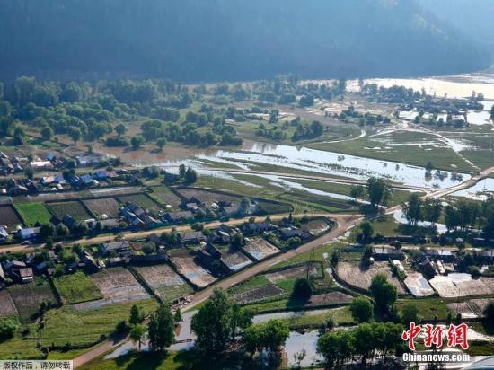 本地工夫6月30日,果连日暴雨俄罗斯伊我库茨州地域大水众多,公众划皮划艇出止。受洪涝灾祸影响,伊我库茨克州境内多个地域颁布发表进进告急形态,远5千住民被告急分散。