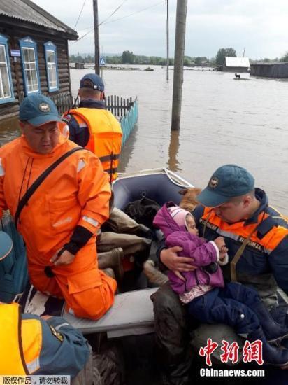 受洪涝灾害影响,伊尔库茨克州境内多个地区宣布进入紧急状态,近5千居民被紧急疏散。