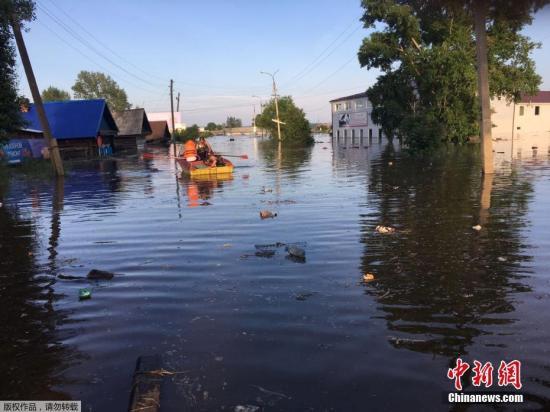 当地时间6月30日,因连日暴雨俄罗斯伊尔库茨州地区洪水泛滥,民众划皮划艇出行。受洪涝灾害影响,伊尔库茨克州境内多个地区宣布进入紧急状态,近5千居民被紧急疏散。