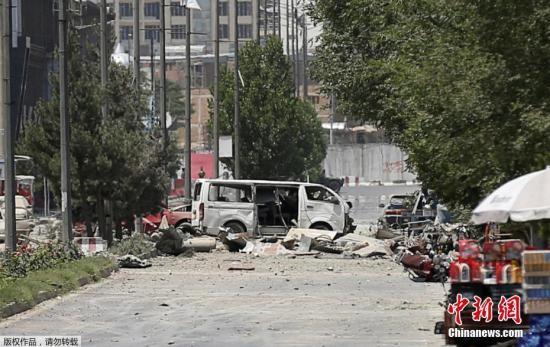 当地时间7月1日早上,阿富汗首都喀布尔发生强烈爆炸,美国大使馆附近浓烟滚滚。阿富汗首都喀布尔市中心当天上午发生汽车炸弹袭击,造成至少34人死亡、68人受伤。