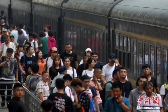 大批旅客在南京火车站出行。中新社记者 泱波 摄