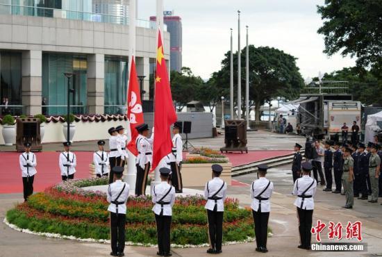 7月1日上午,香港特別行政區政府在金紫荊廣場舉行升旗儀式,慶祝香港回歸祖國及香港特別行政區成立22周年。<a target='_blank' href='http://www.gfgmhq.live/'>中新社</a>記者 張煒 攝