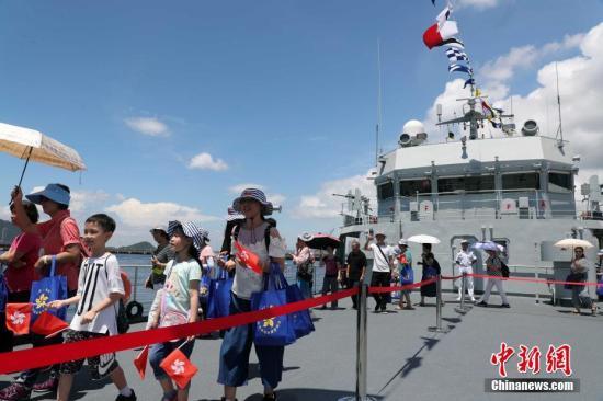 7月1日,香港市民登上驻港部队军舰参观。a target='_blank' href='http://www.chinanews.com/'中新社/a记者 洪少葵 摄